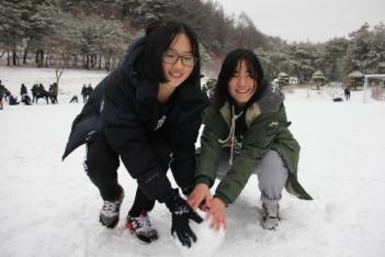눈밭에서 첨부이미지
